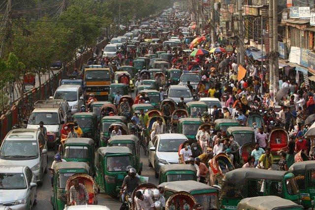 30 April 2021, Bangladesh, Dhaka: People gather at Dhaka New market for shopping without maintaining any kind of social distance despite the coronavirus pandemic. Photo: Abu Sufian Jewel/ZUMA Wire/dpa