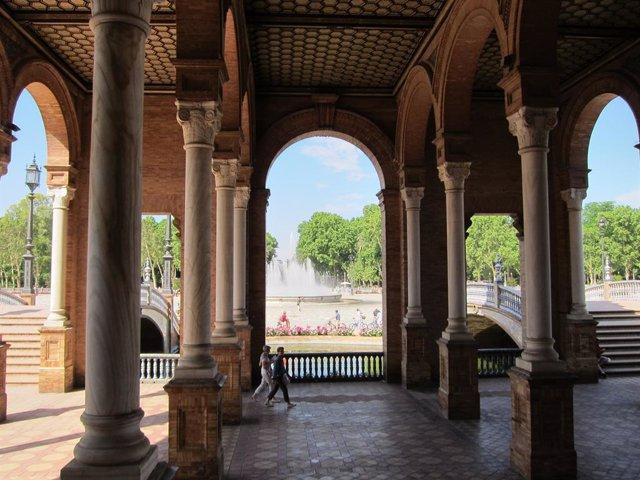 Archivo - Imagen de la Plaza de España de Sevilla con turistas