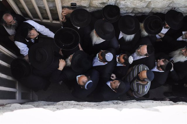 30 April 2021, Israel, Jerusalem: Ultra Orthodox Jewish men attend the funeral of one of those who died in a stampede during the Jewish religious festival of Lag Ba'Omer at the Jewish Orthodox pilgrimage site of Mount Meron early on Friday. Photo: Ilia Ye