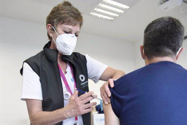 Archivo - Vacunación en el Hospital Álvaro Cunqueiro de Vigo.