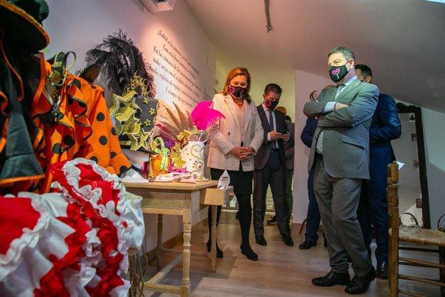 El presidente de Castilla-La Mancha, Emiliano García-Page, inaugura el Centro de Interpretación del Patrimonio Local y del Carnaval, en la Plaza Mayor de Tarazona de la Mancha (Albacete)