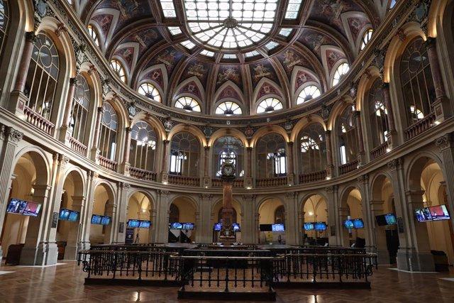 Archivo - Interior del Palacio de la Bolsa, el día en el que ha comenzado la sesión de este viernes con un leve retroceso del 0,07%, en Madrid (España), a 12 de marzo de 2021. Esta regresión llevó al selectivo madrileño a cotizar en los 8.586,80 puntos, m