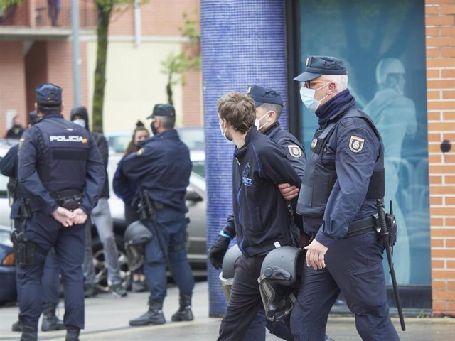 Dos agentes de Policía Nacional llevan detenido a uno de los 1 miembros de Gazte Koordinadora Sozialista, a 27 de abril de 2021, en Pamplona, Navarra (España).