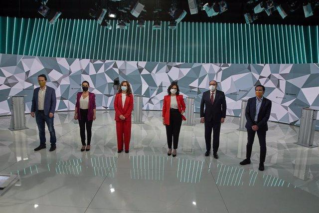 Los candidatos posando antes del debate en Telemadrid.