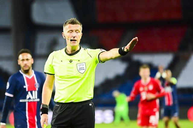 El árbitro Daniele Orsato durante el PSG-Bayern de Champions League