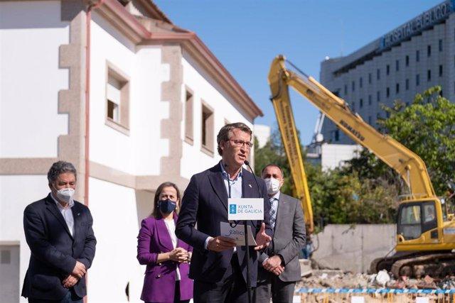 El presidente de la Xunta, Alberto Núñez Feijóo, realiza declaraciones a los medios en Pontevedra, donde asistió al inicio de las obras del hospital Gran Montecelo