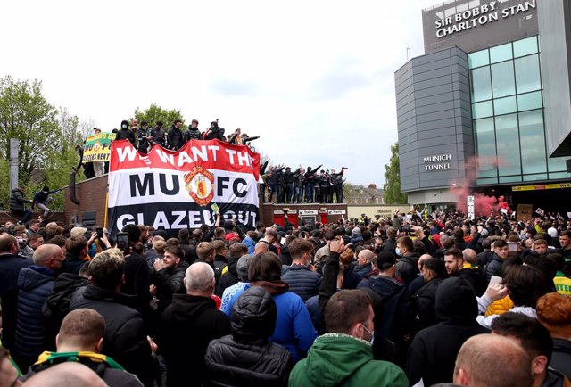 02 May 2021, United Kingdom, Manchester: Fans hold up a banner as they protest against the Glazer family, owners of Manchester United, before their English Premier League soccer match against Liverpool at Old Trafford. Photo: Barrington Coombs/PA Wire/dpa