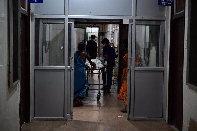 Médicos trasladan a un paciente de COVID-19 en Prayagraj, India.