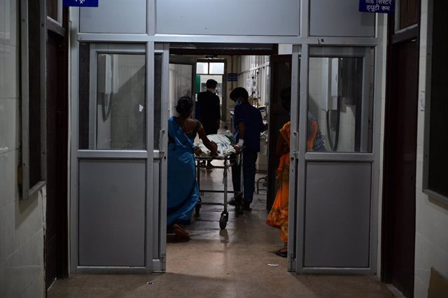 03 May 2021, India, Prayagraj: Medics transport a a COVID-19 patient into the Swaroop Rani Neharu Hospital amid a critical coronavirus infection rates. Photo: Prabhat Kumar Verma/ZUMA Wire/dpa