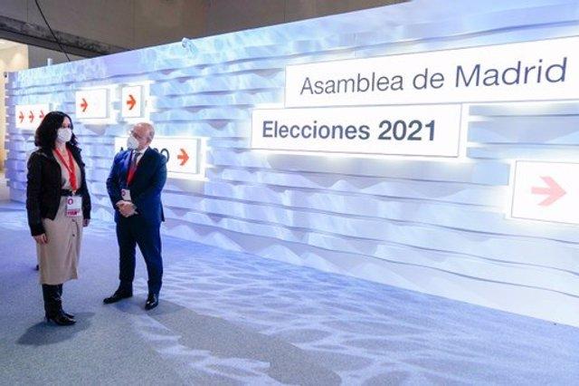 La presidenta de la Comunidad de Madrid, Isabel Díaz Ayuso, ha visitado este domingo el Centro de Procesamiento y Difusión de Datos instalado en Ifema para lazs elecciones del 4M