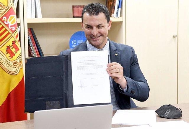 El ministre andorrà de Presidència, Economia i Empresa, Jordi Gallardo, mostra un acord signat telemàticament amb l'Israel Innovation Institute.