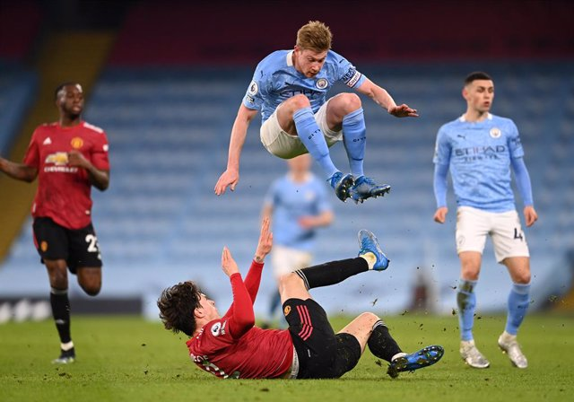 Archivo - 07 March 2021, United Kingdom, Manchester: Manchester United's Victor Lindelof challenges Manchester City's Kevin De Bruyne during the English Premier League soccer match between Manchester City and Manchester United at the Etihad Stadium. Photo
