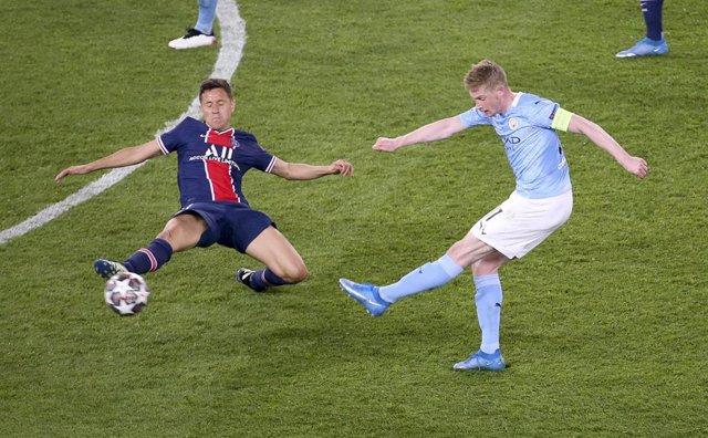 Kevin de Bruyne tira a portería ante Ander Herrera en el PSG-City de ida de semifinales de la Liga de Campeones