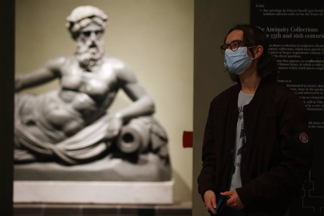 27 April 2021, Italy, Rome: A visitor looks at a sculpture at the Capitoline Museums after its reopening, as the country eased coronavirus disease (Covid-19) restrictions. Photo: Cecilia Fabiano/LaPresse via ZUMA Press/dpa