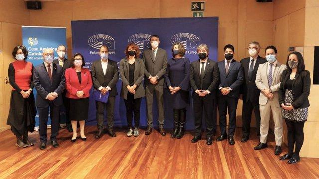 Representants del cos consular llatinoamericà a Barcelona reunits amb l'eurodiputat i copresident d'EuroLat, Javi López