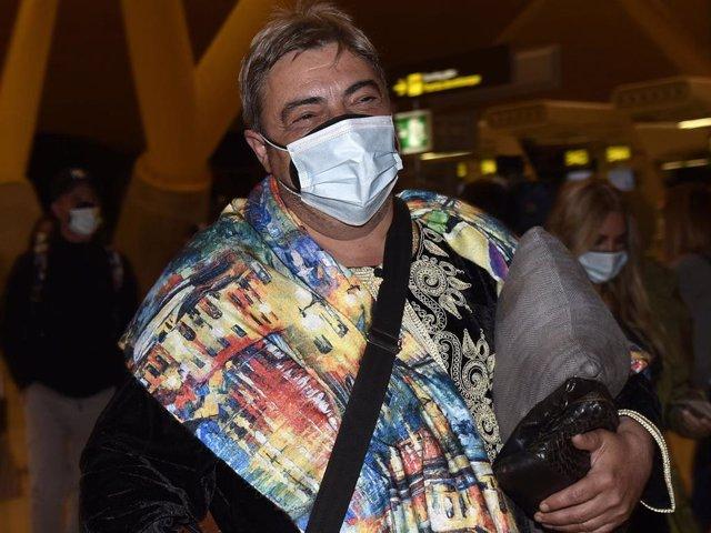Archivo - El bailarín Antonio Canales, participante de 'Supervivientes' llegando al aeropuerto para viajar a Honduras, en Madrid