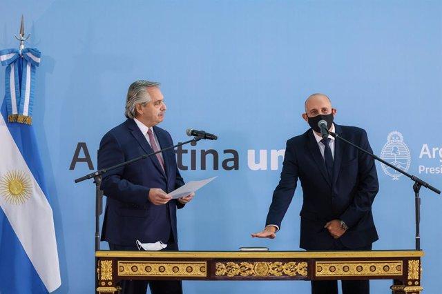 El presidente de Argentina, Alberto Fernández, toma juramento al nuevo ministro de transporte, Alexis Guerrera.