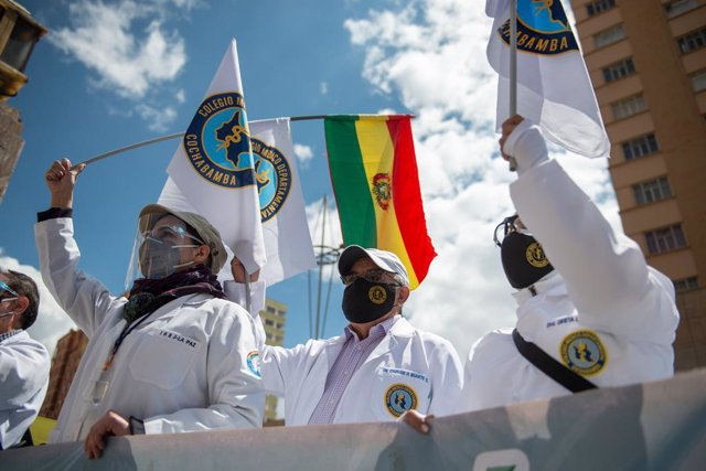 Archivo - 17 March 2021, Bolivia, La Paz: Doctors take part in a protest against the arrest of Bolivia's former interim president Jeanine Anez and other ex-ministers. A group of doctors took part in the rally, calling for the repeal of a new law which, in