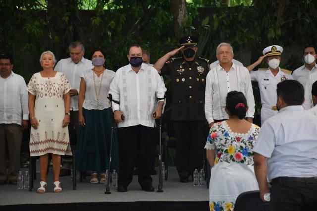 El presidente mexicano, Andrés Manuel López-Obrador, junto a su homólogo guatemalteco, Alejandro Giammattei