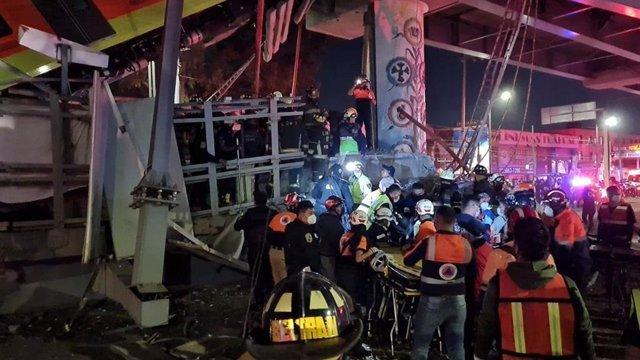 Rescat dels ferits per l'enfonsament del pont per on passava el metro de Ciutat de Mèxic.