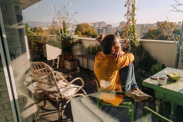 Archivo - Disfrutando de la primavera en el balcón. Covid, pandemia, coronavirus.