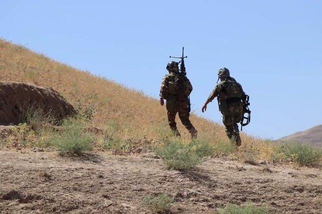 Archivo - Dos militares afganos desplegados en una operación