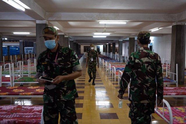 Conversión de un polideportivo en un hospital de campaña por el coronavirus en la capital de Camboya, Nom Pen