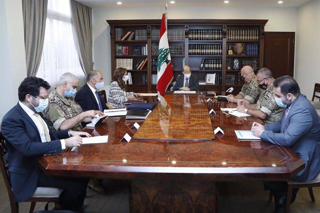 Archivo - El presidente de Líbano, Michel Aoun, con miembros de la delegación que mantendrá contactos indirectos con Israel sobre la delimitación de la frontera marítima