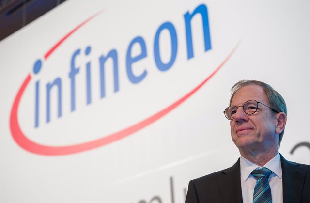 Archivo - 20 February 2020, Bavaria, Munich: Chief Executive of Infineon Technologies Reinhard Plossstands on the stage before the start of the Infineon Annual General Meeting. Photo: Peter Kneffel/dpa