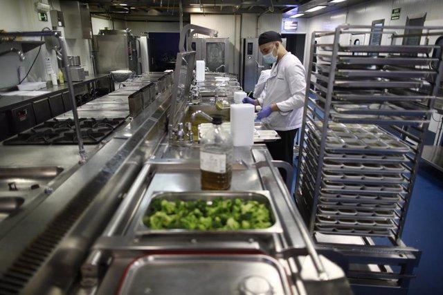 Archivo - Cocinero elaborando un catering