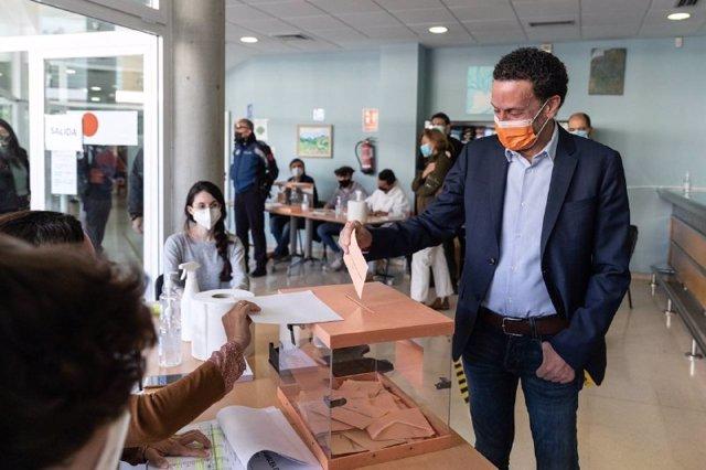 El candidato de Ciudadanos a la Presidencia de la Comunidad de Madrid, Edmundo Bal, ejerciendo su derecho a voto en el Centro Cultural Alfredo Kraus de Fuencarral El Pardo.