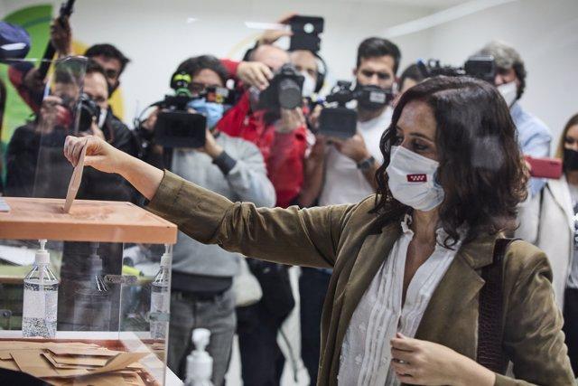 La presidenta de la Comunidad de Madrid y candidata a la reelección por el PP, Isabel Díaz Ayuso, ejerce su derecho a voto en el Colegio La Inmaculada-Marillac