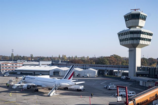 Archivo - 08 November 2020, Berlin: An Airbus of the French airline Air France is about to take off from the airfield of the Berlin airport Tegel (TXL). The Air France AF 1235 is the last aircraft to take off from Berlin's Tegel airport headinf to Paris.