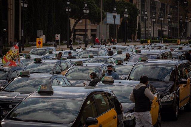 Archivo - Arxiu - Taxistes en una marxa lenta a Barcelona.