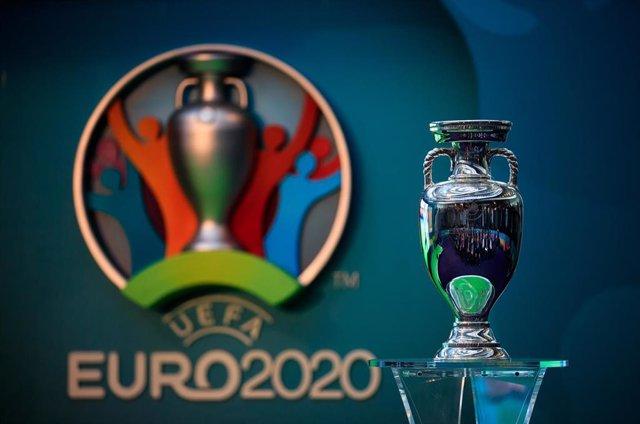 Archivo - Trofeo y logo de la Eurocopa
