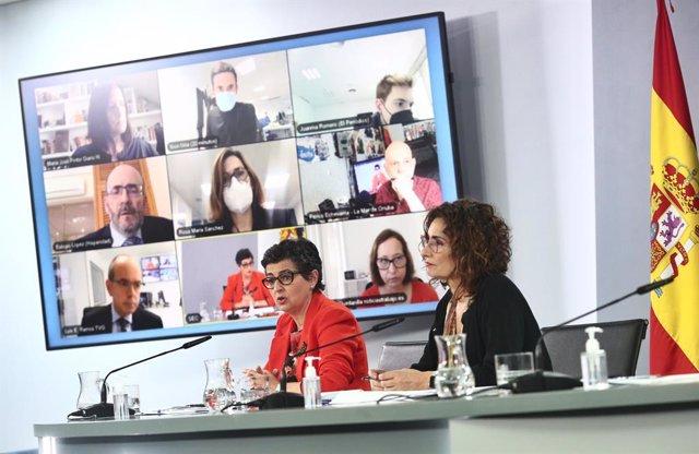 (I-D) La ministra de Asuntos Exteriores, UE y Cooperación, Arancha González Laya; y la ministra de Hacienda, María Jesús Montero; en una rueda de prensa posterior al Consejo de Ministros, a 27 de abril de 2021, en el Complejo de la Moncloa, Madrid, (Españ