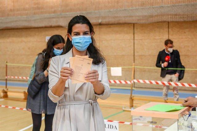 La candidata de Vox a la Presidencia de la Comunidad de Madrid, Rocío Monasterio, muestra su papeleta de Vox antes de ejercer su derecho a voto en el Colegio San Agustín.