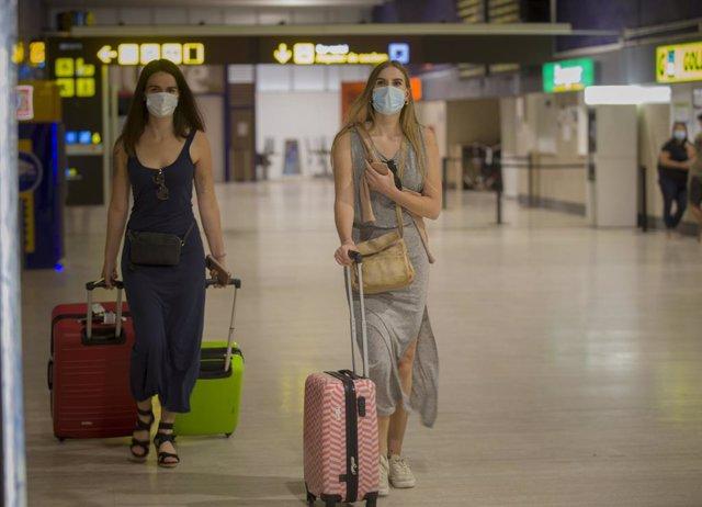 Archivo - Viajeros en el aeropuerto de Sevilla