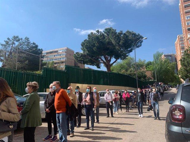 Largas colas en las puertas de los colegios electorales durante la jornada electoral