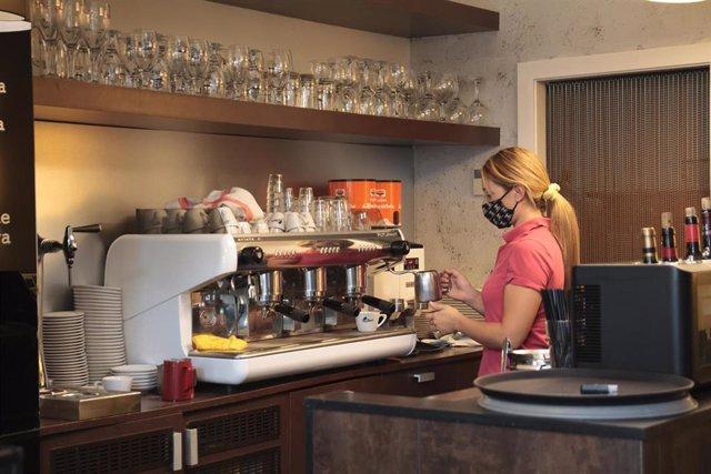 Archivo - Una camarera trabaja en su establecimiento de Calahorra, La Rioja (España), a 1 de octubre de 2020.