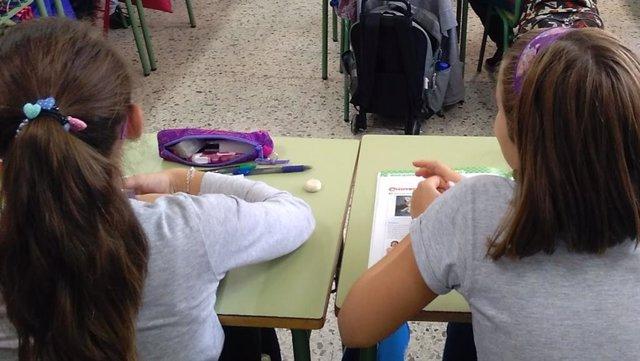 Archivo - Estudiantes en un aula