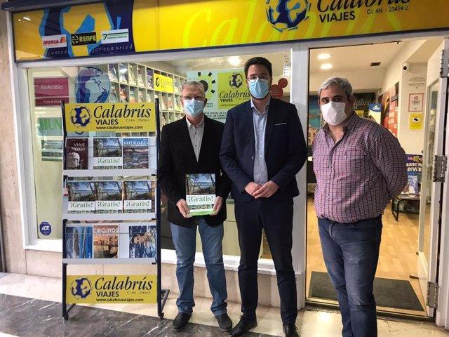 Lozano (c), junto a responsables de agencias de viaje.