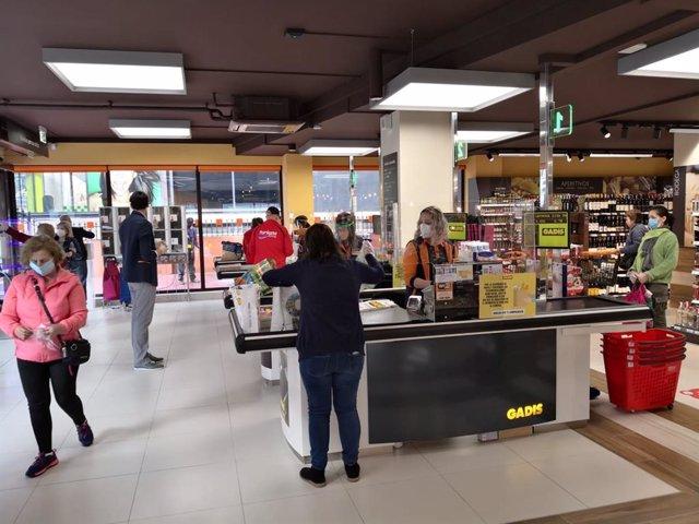 Archivo - Gadis promueve la campaña 'Mayo Solidario' de recogida de productos no perecederos para bancos de alimentos
