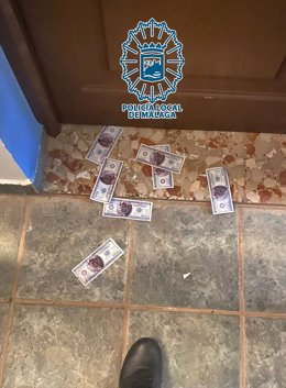 Detenidos en Málaga nueve jóvenes por celebrar una fiesta ilegal y mandar a los agentes a por churros y alcohol echándoles billetes de imitación por debajo de la puerta