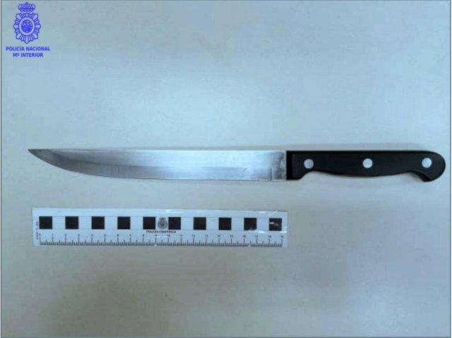 Cuchillo intervenido al presunto autor del robo en el local de hostelería