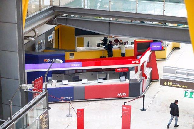 Archivo - Budget y Avis en el aeropuerto Adolfo Suárez Madrid-Barajas.