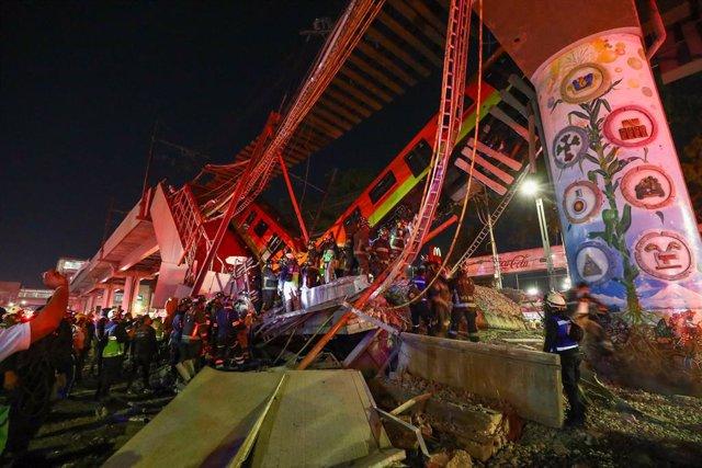 Equipos de rescate trabajan para sacar a los heridos tras un derrumbe en el metro de Ciudad de México.