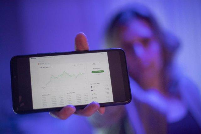 Archivo - Una internauta utiliza la web Bitstamp para invertir en criptomonedas, en Madrid (España), a 9 de febrero de 2021. La Comisión Nacional del Mercado de Valores (CNMV) y el Banco de España han alertado este martes sobre los riesgos que conllevan l