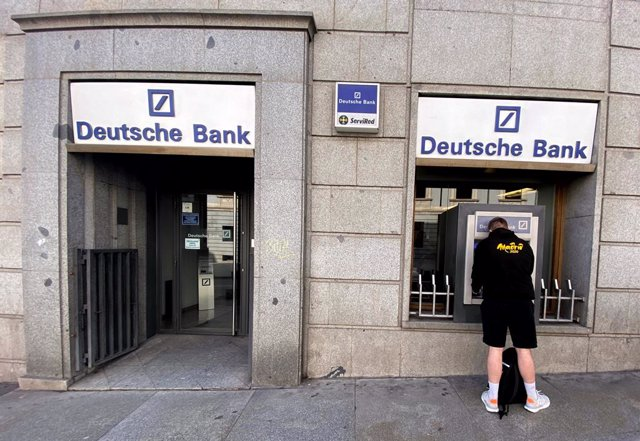 Archivo - Un hombre retira dinero de un cajero Deutsche Bank, en Madrid (España), a 7 de febrero de 2020.