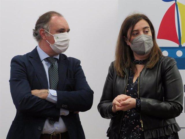La asesora de programas del IAJ en Huelva, Marina Gómez, junto al delegado de Empleo, Antonio Augustín.